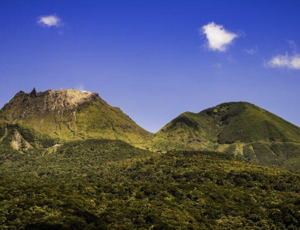 """France, Guadeloupe, Basse-Terre, Saint-Claude, La Soufrière, surnommée « vié madanm la » en créole guadeloupéen ou « la vieille dame » en français, est un volcan en activité situé dans le parc national. Seul volcan actif de l'île, actuellement à l'état de repos éruptif, elle fait partie d'un ensemble volcanique composé des volcans Carmichaël, le Nez Cassé, l'Échelle, la Citerne et la Madeleine. C'est l'un des neuf volcans actifs des Petites Antilles. La végétation sur les flancs de la Soufrière est remarquable pour sa biodiversité. Elle s'étage sur trois niveaux : la forêt tropicale dense jusqu'à 1 100 mètres, les maquis humides denses entre 1 100 et 1 400 mètres composés d'arbustes ne dépassant pas deux mètres de hauteur (entre autres, Schefflera attenuata, Clusia mangle, Miconia coriacea), les prairies sommitales d'où émergent des bromeliaceae : Guzmania plumieri omniprésent, et surtout Pitcairnia bifrons, espèce pionnière présente jusqu'au bord des bouches éruptives (PR) // France, Guadeloupe, Basse-Terre, Saint-Claude, La Soufrière, nicknamed """"the vié madanm"""" in Guadeloupean Creole or """"the old lady"""" in French, is an active volcano located in the national park. Only active volcano on the island, currently the eruptive resting state, it is part of a volcanic ensemble of Carmichael volcanoes, Nose Broken, Scale, Cistern and the Madeleine. This is one of the nine active volcanoes of the Lesser Antilles. The vegetation on the slopes of the Soufriere is noted for its biodiversity. It sprawls over three levels: the dense tropical forest to 1100 meters, dense humid scrub between 1100 and 1400 meters of shrubs compounds not exceeding two meters high (among other Schefflera attenuata, Clusia mangle , Miconia coriacea), the apical meadows from which emerge bromeliaceae: Guzmania plumieri ubiquitous, especially Pitcairnia bifrons, this pioneer species to the edge of the eruptive vents (PR)"""